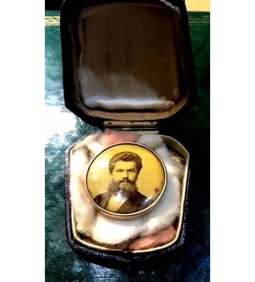 Gold button-brooch